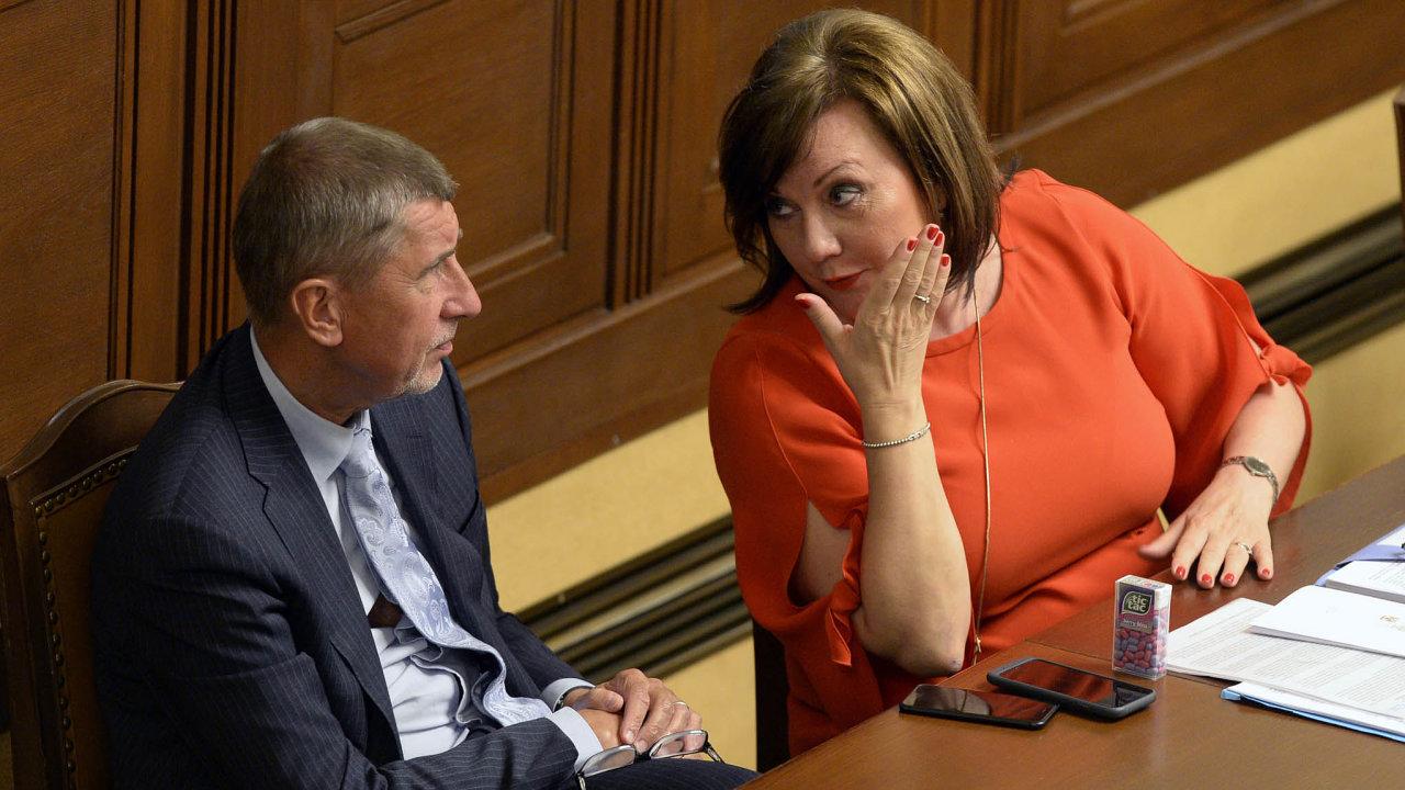 Ministryně financí Alena Schillerová (zaANO) s premiérem a stranickým šéfem Andrejem Babišem.