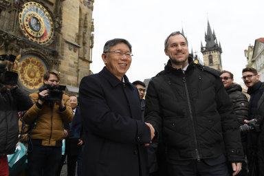 Pražský primátor Zdeněk Hřib (vpravo) a starosta Tchaj-peje Kche Wen-če podepsali 13. ledna 2020 v Praze partnerskou smlouvu o ekonomické, obchodní a kulturní spolupráci mezi oběma městy.