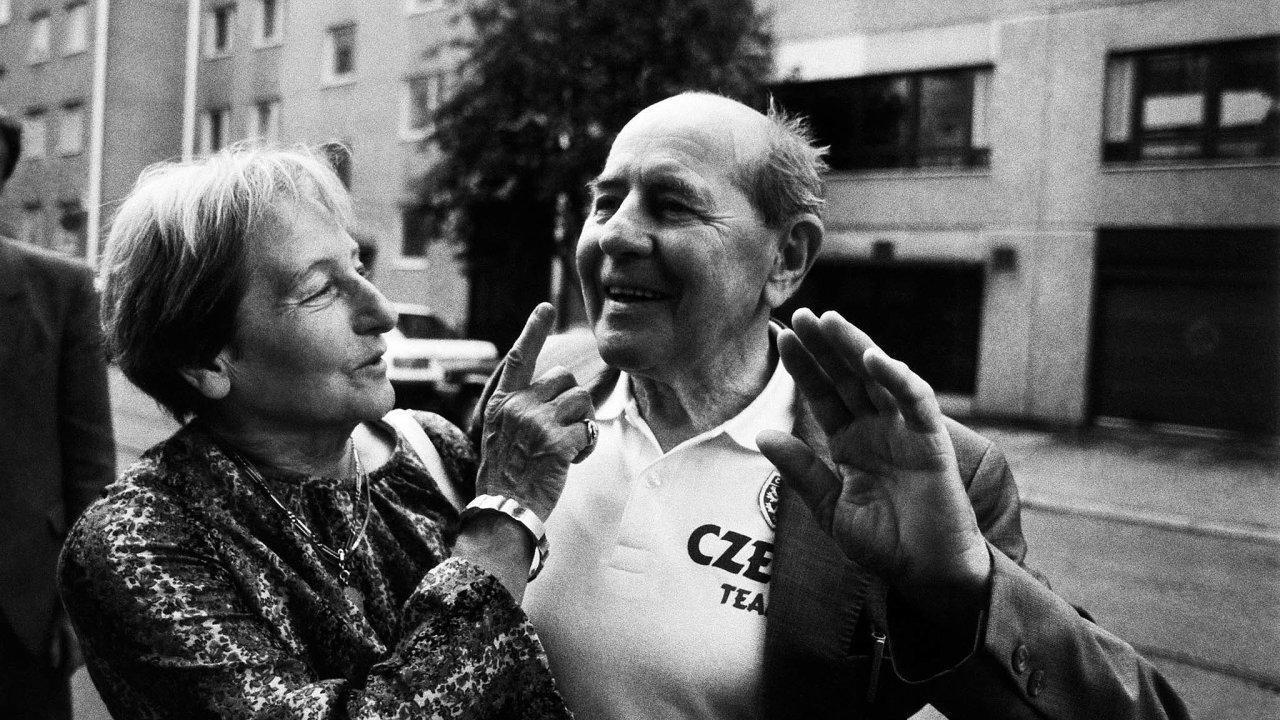 Smanželem Emilem se Dana Zátopková smála, dokázali se ale ipohádat. Vyprávěla, jak se Emil uklidňoval nazahradě vpražské Troji, kde bydleli. Posadil se kesvému oblíbenému keři amluvil kněmu.