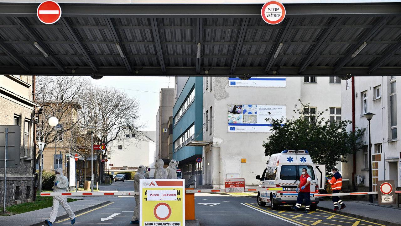 Fakultní nemocnici usvaté Anny vBrně vláda vyčlenila pro Moravany schorobou Covid-19, jejichž stav bude vážný. Nyní zde leží tři takoví pacienti, všichni jsou napojení naumělou plicní ventilaci.