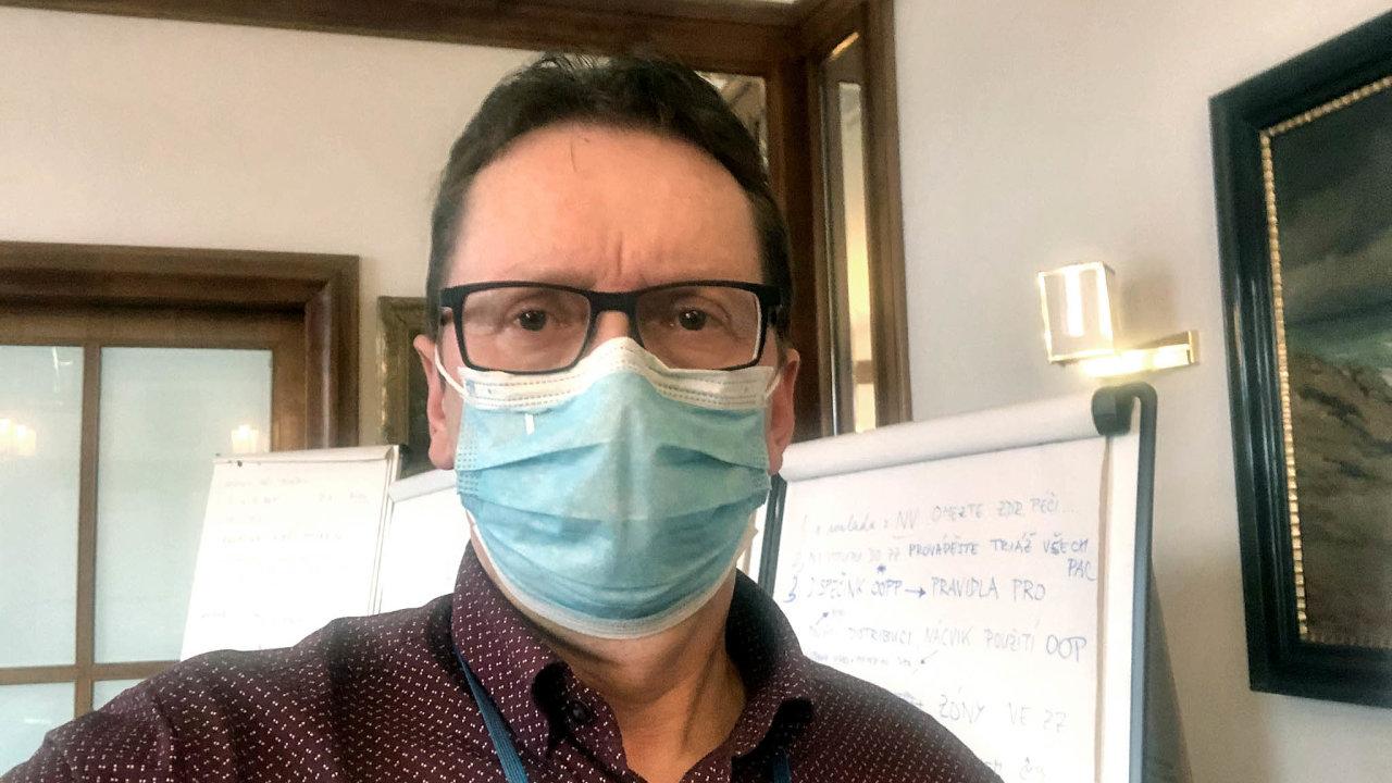 Epidemiolog Roman Chlíbek je členem týmu, který připravuje podklady pro jednání vlády okoronaviru. Ministři nás poslouchají, tvrdí.