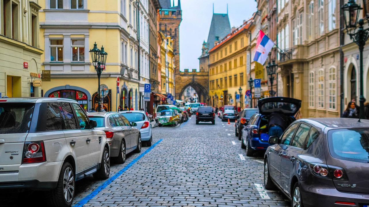 Praha není jediným městem, které samo prodloužilo řidičům možnost parkovat bez omezení vplacených zónách. Stejně rozhodly iČeské Budějovice, podobnou cestou jdou iBrno aPlzeň.