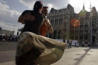 """Den národní jednoty. Už deset let odzvolení Viktora Orbána premiérem si Maďaři trianonskou """"katastrofu"""" připomínají jako národní svátek. Letos se kvůli pandemii před parlamentem tančit nebude."""