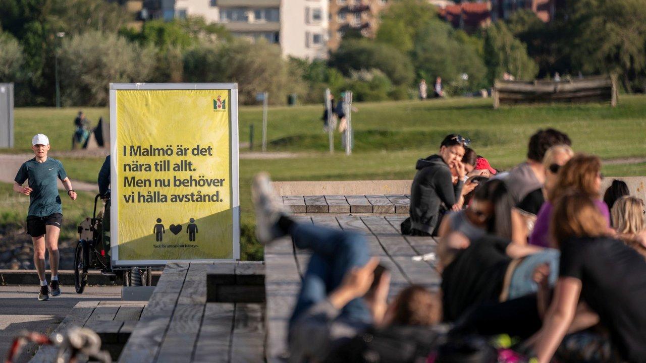 Švédsko kvůli koronaviru nezavedlo žádná omezení, pouze svým obyvatelům dávalo doporučení. Na ceduli ve městě Malmö stojí: V Malmö je všechno blízko, ale nyní si musíme držet odstup.