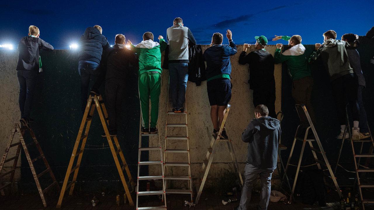 Víceméně bez diváků. Někteří fanoušci fotbalových Bohemians se nadomácí zápasy mohou podívat aspoň přes zeď.