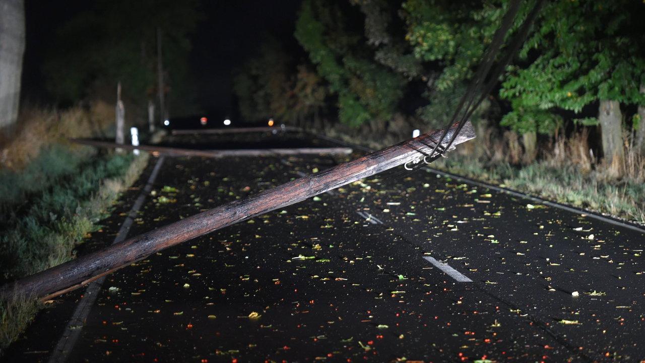 Bouře, která se přehnala Českem lámala stromy a přetrhala elektrické vedení.