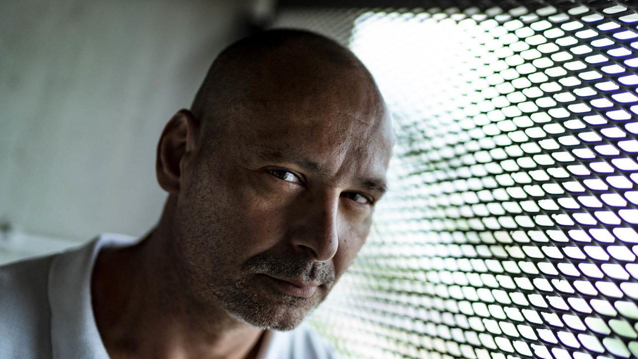 Karel Tesarčík se letos vrátil zvězení už potřetí. Podle jeho zkušeností se recidivisté často znovu dopouštějí trestné činnosti iproto, že se jim předtím nepodařil návrat doběžného života.