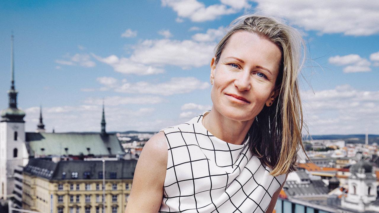 Student Agency zahájila prodej letenek vroce 2000 aodpočátku ho měla nastarosti Věra Janičinová. Přestože se dnes prodávají zejména on-line, firma stále provozuje tři letenkové kamenné pobočky.