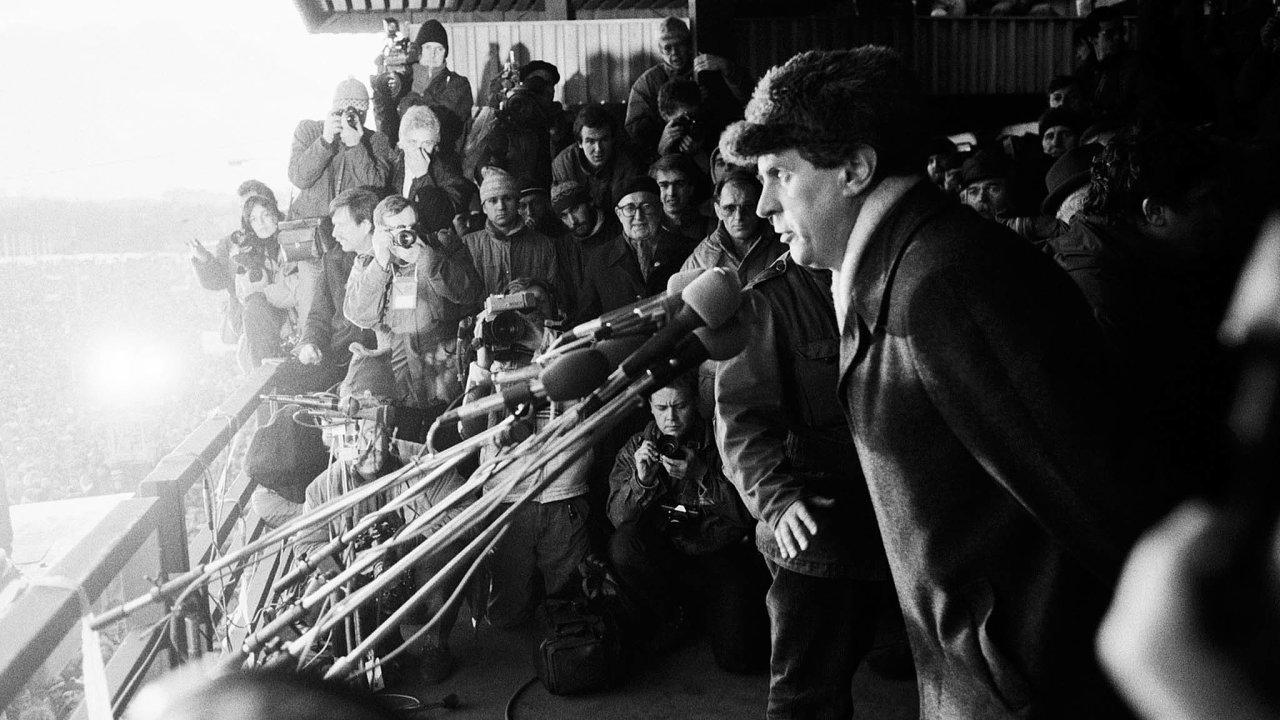Výročí sametové revoluce, která pomohla svrhnout komunismus, je jednou zpříležitostí, jak připomenout mladým lidem demokratické principy.