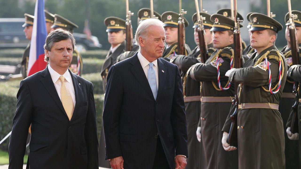 Biden vČesku. Budoucí americký prezident Joe Biden udělal vPraze zastávku při své viceprezidentské cestě povýchodní Evropě vroce 2009. Přijal ho tehdejší premiér Jan Fischer.