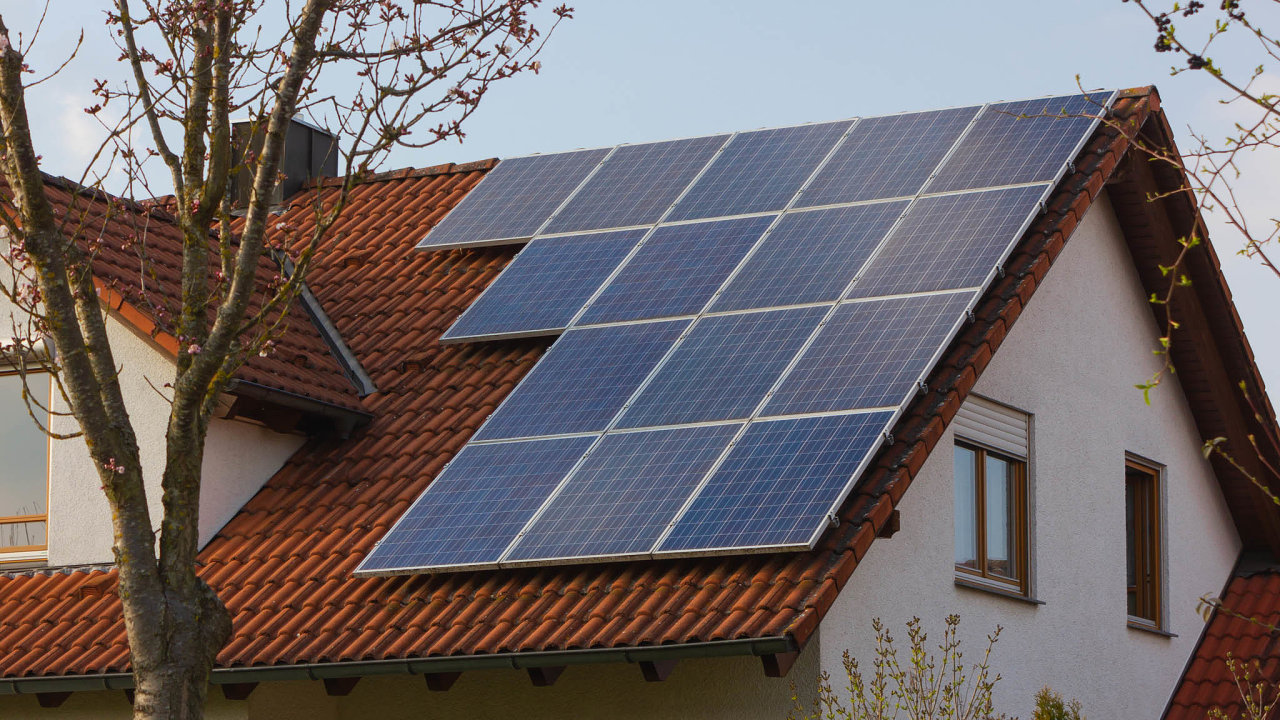 Panely nastřechách. Množství majitelů rodinných domů, kteří chtějí vlastní solární panely sbateriemi nebo tepelnými čerpadly, roste.