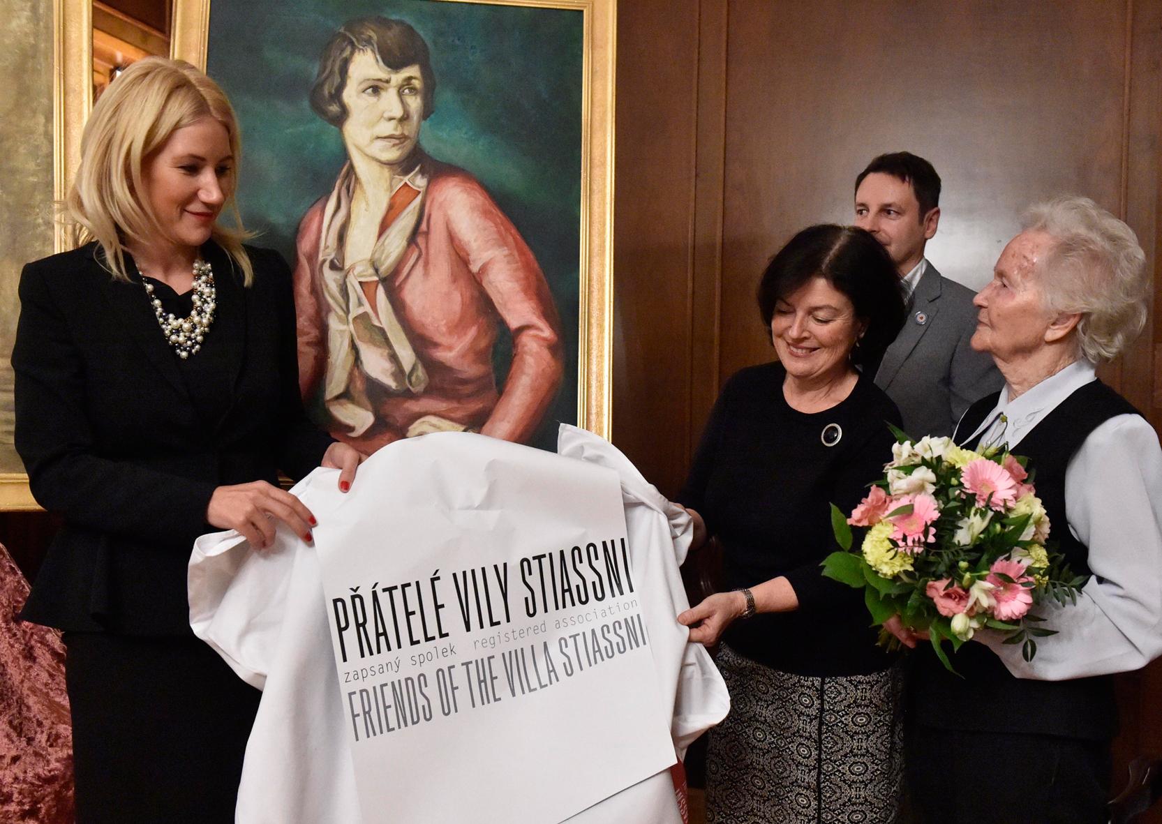 Manželka zpolitiky. Petra Rusňáková, dcera ministryně Aleny Schillerové (první zleva), zná prostředí vhnutí ANO.