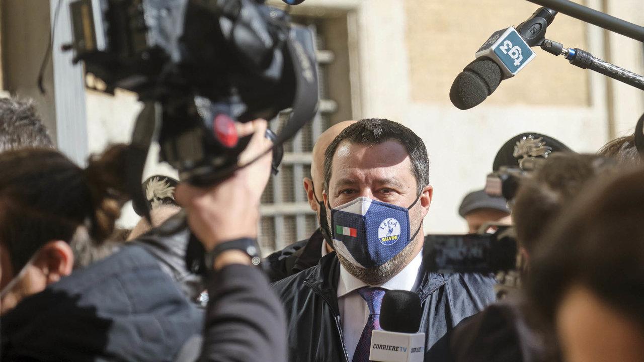 """""""Draghiho kouzlo"""", jak to nazývají analytici, funguje inaMattea Salviniho (nasnímku poschůzce sDraghim vŘímě). Jeho Liga ale veskutečnosti nikdy nebyla tak euroskeptická, jak se tvářila."""