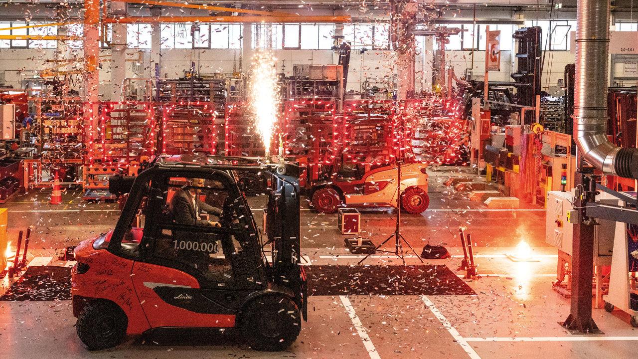 Ohňostroj v hale závodu Linde Material Handling v Aschaffenburgu, který se konal u příležitosti opuštění montážní linky miliontým vozíkem s protizávažím.