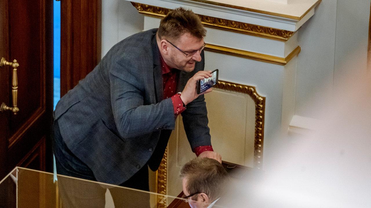 Pandemie, ale také nedisciplinovanost některých zákonodárců, jako je třeba Lubomír Volný, jsou podle poslanců hlavními důvody, proč spousta zákonů ve sněmovně stále čeká na projednání.