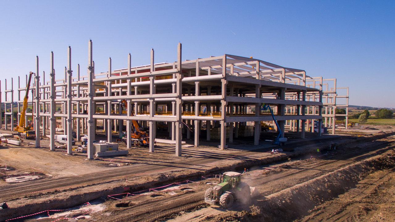 Hrubá stavba nového robotického centra Amazonu se již začíná rýsovat.