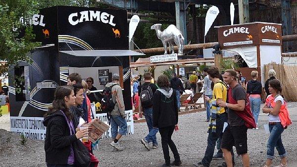 Stánek značky Camel na festivalu