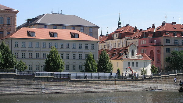 Mobiln� hrazen� vyrostlo v Praze na Al�ov� n�b�e�� b�hem cvi�en� v sobotu 11. srpna. Je sou��st� asi 20km protipovod�ov� ochrany hlavn�ho m�sta.