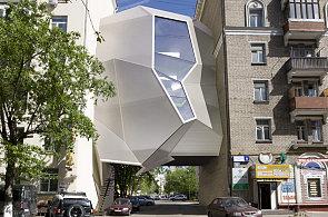 V Moskvě řeší problém s místem. Architekti budují ateliér, který levituje mezi domy