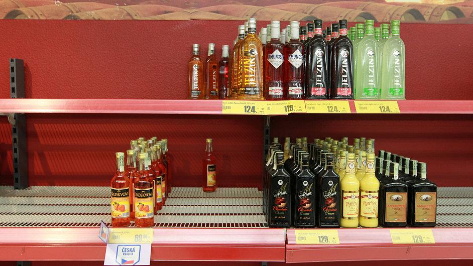 Pulty v obchodech už nejsou poloprázdné jako během prohibice. Přesto je prodej lihovin zatím slabý.
