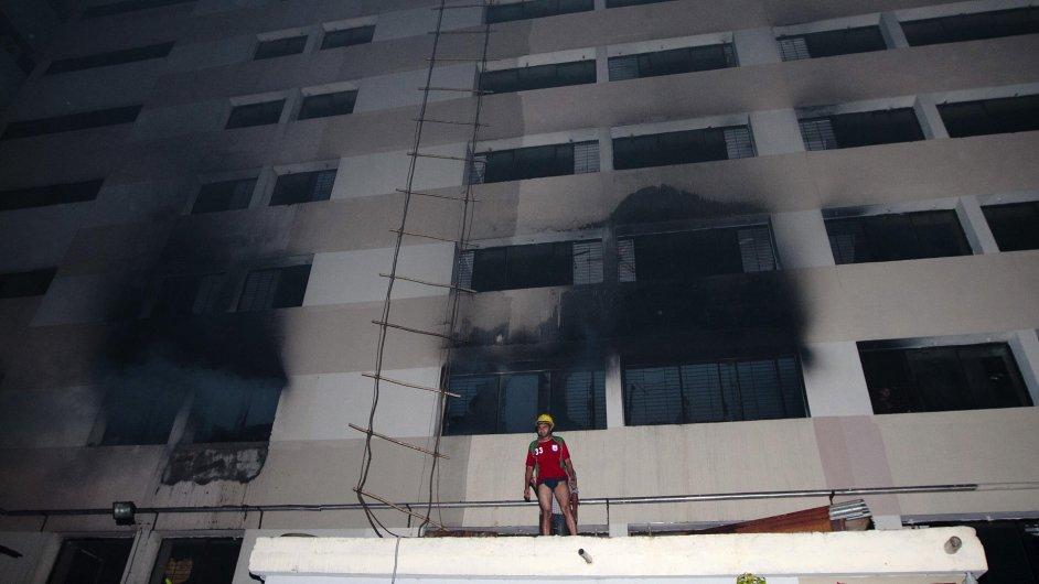 Požár textilky v Bangladéši.