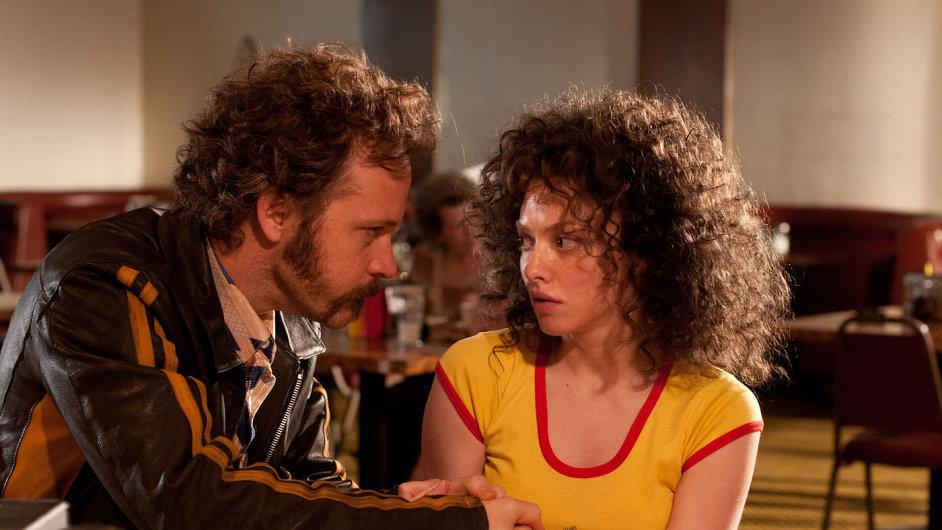 Peter Sarsgaard a Amanda Seyfriedová ve filmu Lovelace