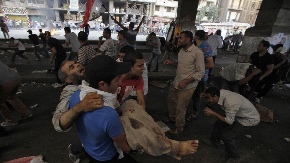 Jeden ze zraněných příznivců Mursího při pátečních protestech v Káhiře.