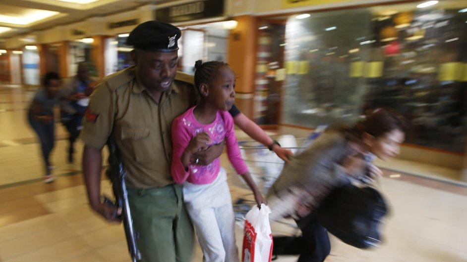 V obchodním centru se střílí. Policie v Nairobi zasahuje proti teroristům