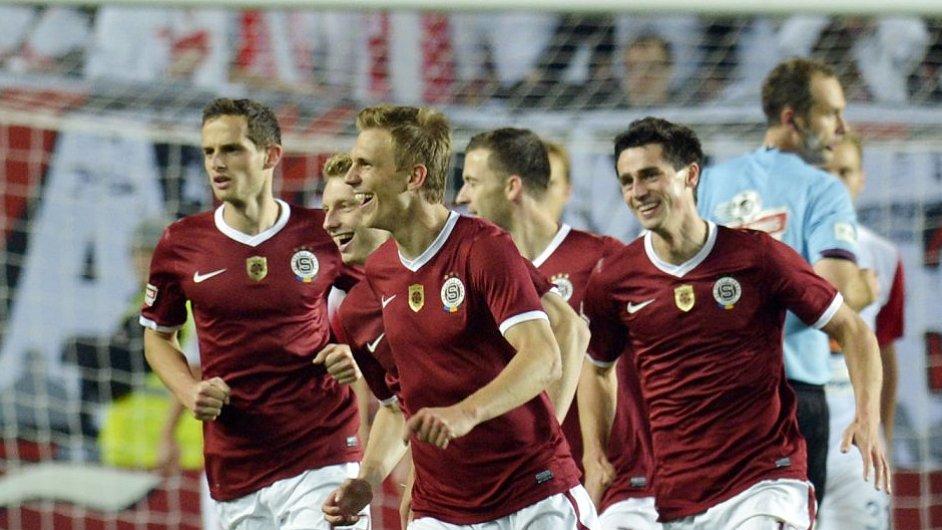 Bořek Dočkal (v popředí) slaví sparťanský gól