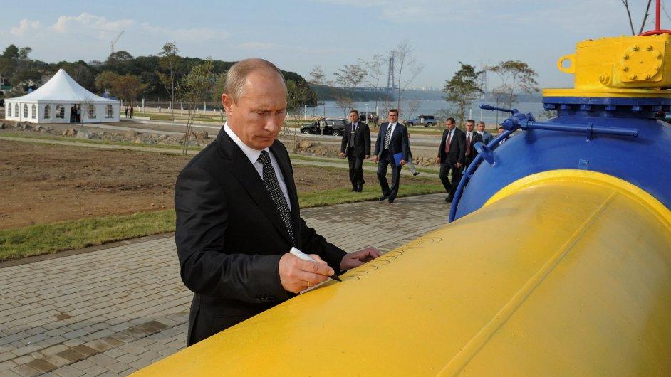 Premiér Vladimir Putin při otvírání nového plynovodu ve Vladivostoku