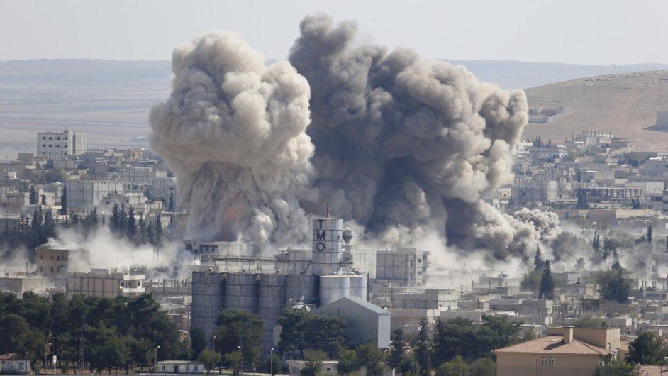 Nad syrským městem Kobani u tureckých hranic stoupá kouř po amerických náletech proti IS.