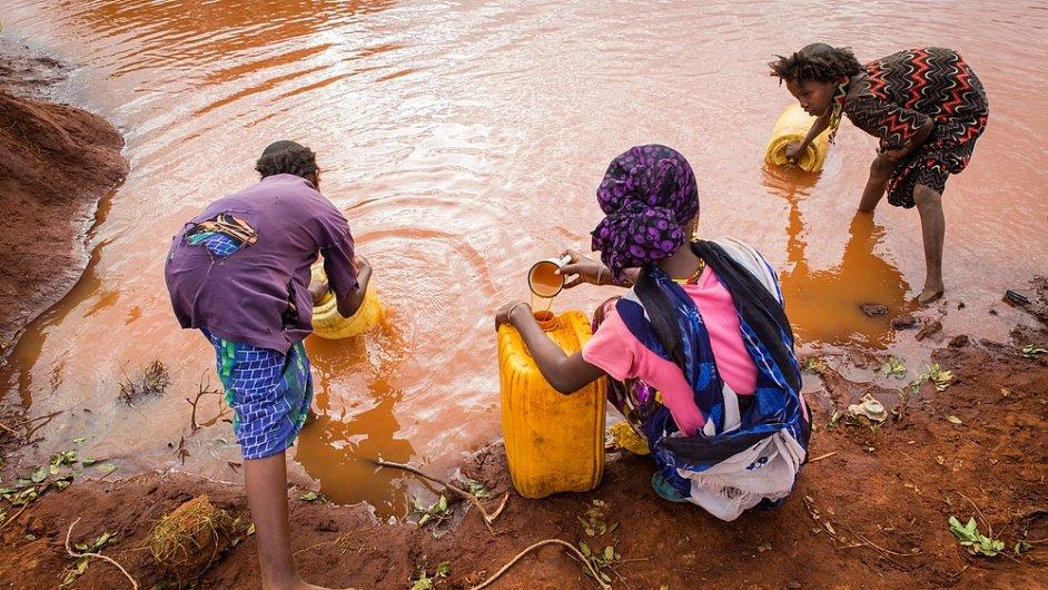 Lidé v Africe u kaluže, ilustrační foto