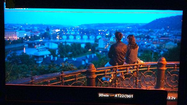 Snímek s pražským panoramatem z filmu Somewhere Only We Know