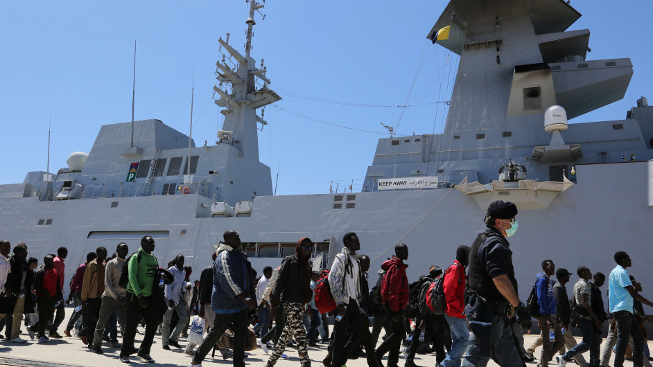 Zachránění uprchlíci v sicilském přístavu - Ilustrační foto.