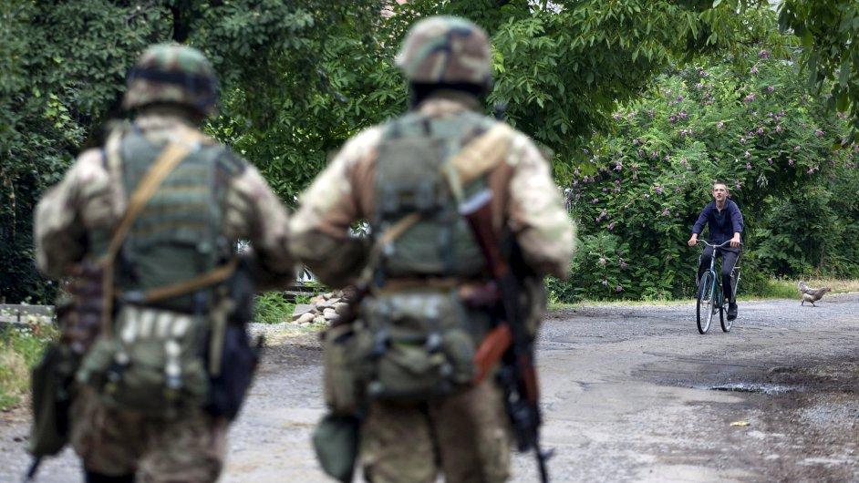 Ukrajinští vojáci pátrají po členech Pravého sektoru.