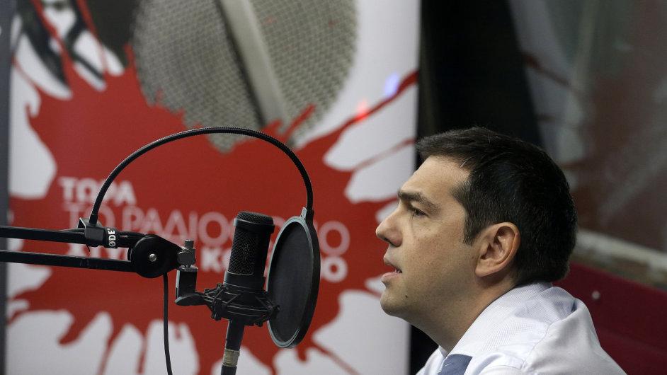 Premiér Alexis Tsipras při rozhovoru pro řecké rádio.