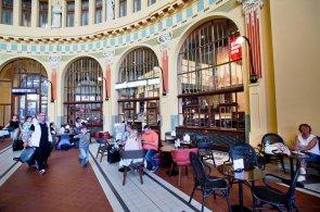 Zrekonstruovaná Fantova kavárna se otevírá. Secesní halu na hlavním nádraží obsadí indický řetězec