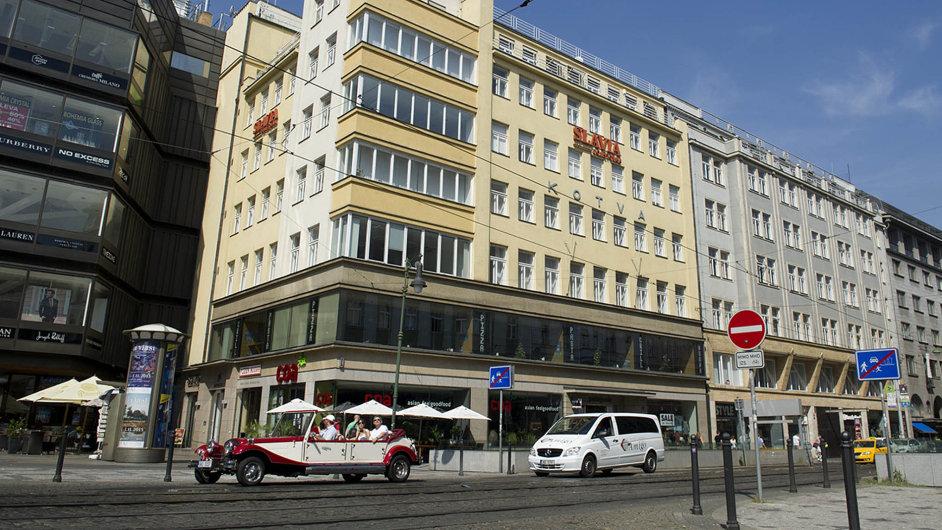 Budovy v Revoluční 1 a 3 pocházejí z 30. let minulého století. V nižších patrech jsou obchodní prostory, ve vyšších pak kanceláře.