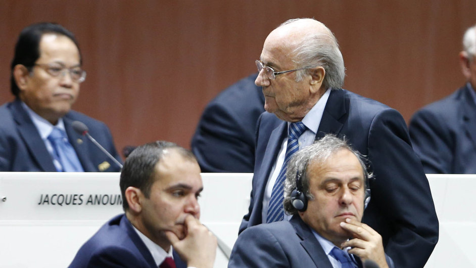 Prezident FIFA Sepp Blatter (stojící), ve skandálu zatím čistý jordánský princ Ali bin-Husajn (vlevo) a naopak v kauze namočený šéf UEFA Michel Platini.