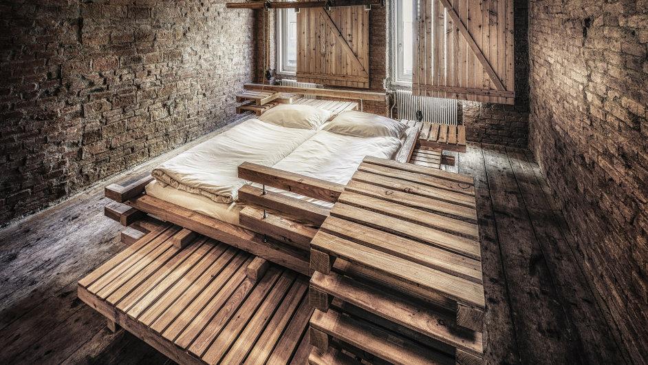 Viennese Guest Bed je multifunkční kus nábytku složený z přepravních palet.