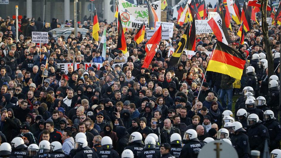V Kolíně nad Rýnem protestovala o víkendu krajně pravicová uskupení včele sprotiislámským hnutím Pegida.