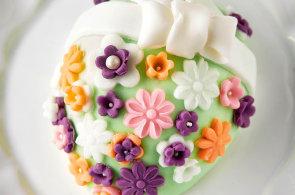 Koleda pod sladk�m sametem: Velikono�n� dort�ky pota�en� cukrovou hmotou o�iv� ka�d� slavnostn� st�l