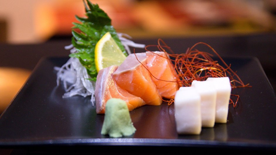 Sashimi je doslova propichované maso. Tahle japonská lahůdka z ryb a mořských plodů je u nás velice oblíbená.