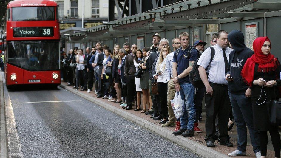 Kdo se chtěl do práce místo metra dostat třeba autobusem, tak musel počítat s několik desítek metrů dlouhou frontou. Stejně jako lidé čekají před Victoria Station.