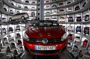 Volkswagen ve Wolfsburgu zastavuje v�robu Golf�. Kv�li sporu s dodavateli nem� dostatek d�l�