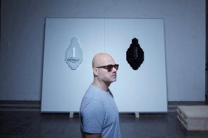 P�edn� �esk� skl�� a design�r Rony Plesl vystavuje na Pra�sk�m hrad�. Pod�vejte se na retrospektivn� expozici