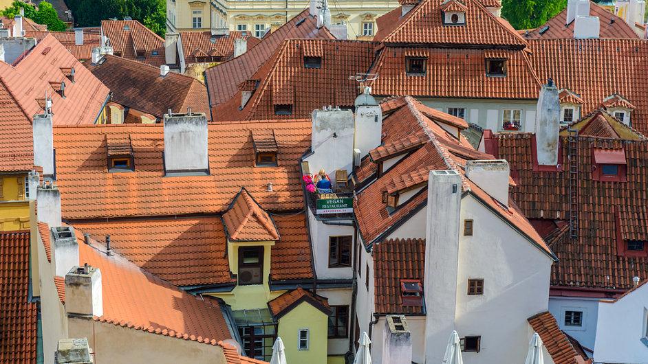 Staré byty, domy, střechy, Praha - ilustrační foto