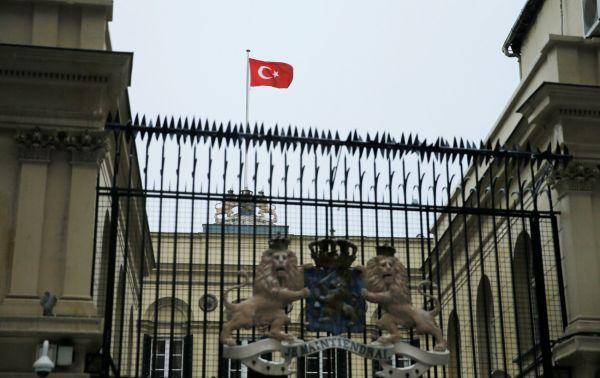 Demonstranti v Istanbulu strhli z nizozemského konzulátu nizozemskou vlajku a nahradili ji tureckou.