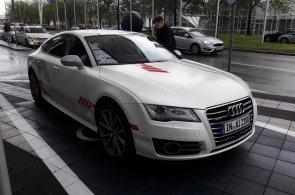 Vyzkoušeli jsme, jak jezdí Audi bez řidiče. Poradí si s deštěm i sněžením, funguje ale jen na dálnici
