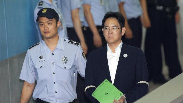 I Če-jong byl mimo jiné obviněn, že podplatil bývalou prezidentku Pak Kun-hje, aby ho podpořila v získání vedoucí pozice v rodinné firmě.
